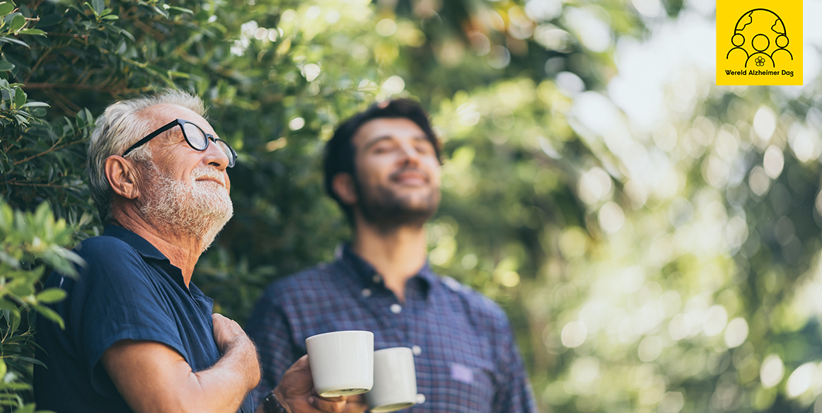 oude man en zoon genieten van elkaar en de zon