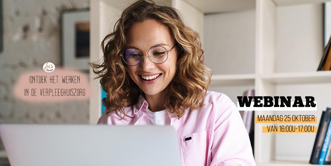 vrouw doet mee aan de online webinar over het werken in de verpleeghuiszorg